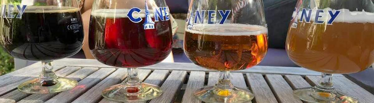Une série de verres avec de la bière